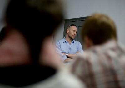 Bangladesh - Chittagong - Stuart Freedman addresses the class ©Marius Knutsen